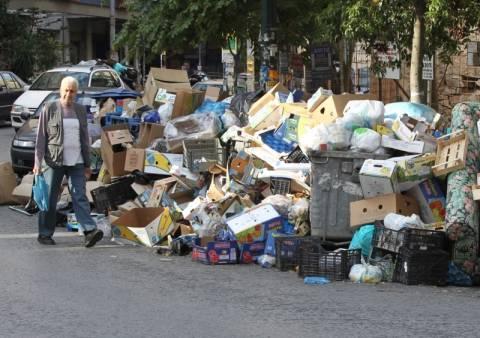 Μολότοφ και ξύλο πάνω από τα σκουπίδια