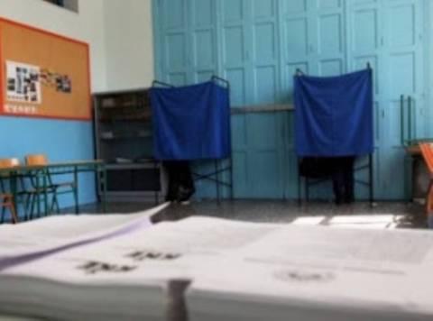 Εκλογές 2012: Αντιπρόσωπος κλείδωσε την εφορευτική στο εκλογικό κέντρο