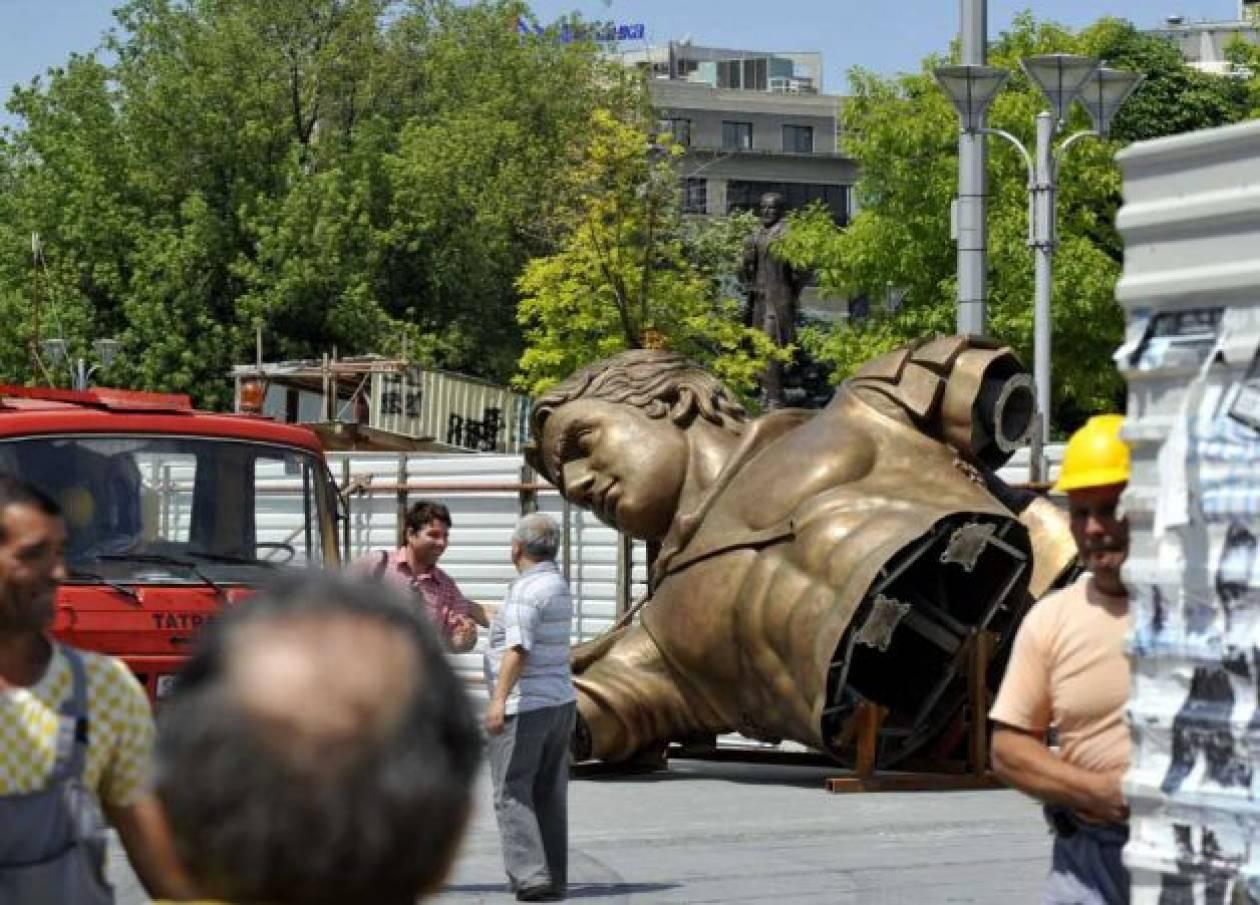 Σκόπια:  Τοποθετείται το άγαλμα του Μ. Αλεξάνδρου