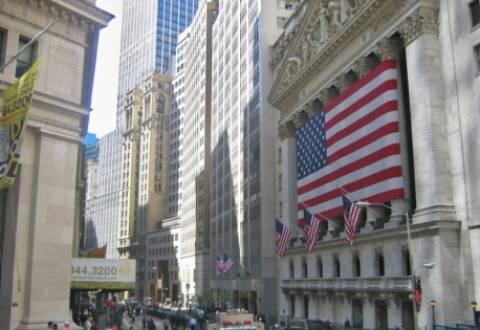 Οι κόντρες Ρεπουμπλικάνων – Δημοκρατικών ρίχνουν τη Wall Street