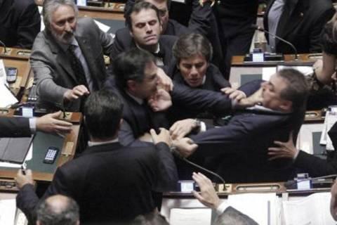«Στα χέρια» πιάστηκαν στην Βουλή της Ιταλίας