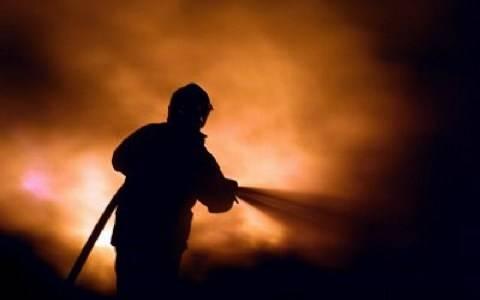 Στις φλόγες ισόγειο κατάστημα στα Καμίνια