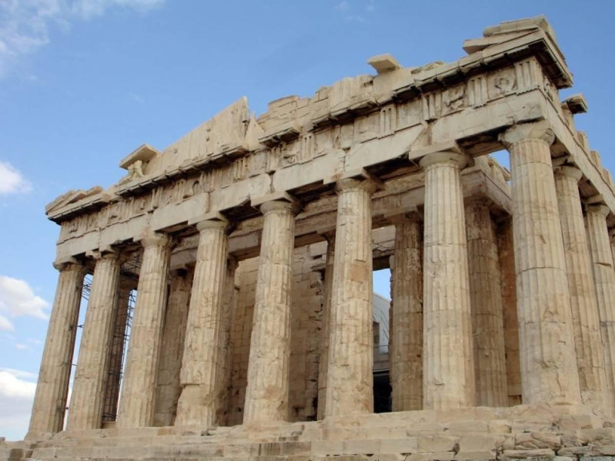 Μέλη του ΣΥΡΙΖΑ κρέμασαν πανό στην Ακρόπολη
