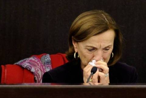 Η υπουργός έβαλε τα κλάματα