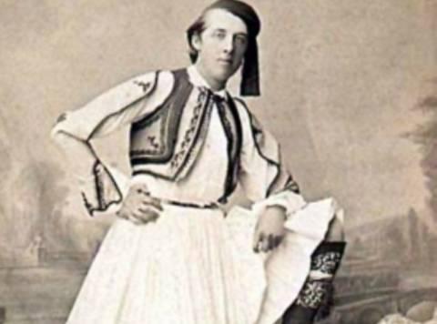 Ο φιλέλληνας Όσκαρ Ουάιλντ ντυμένος τσολιάς