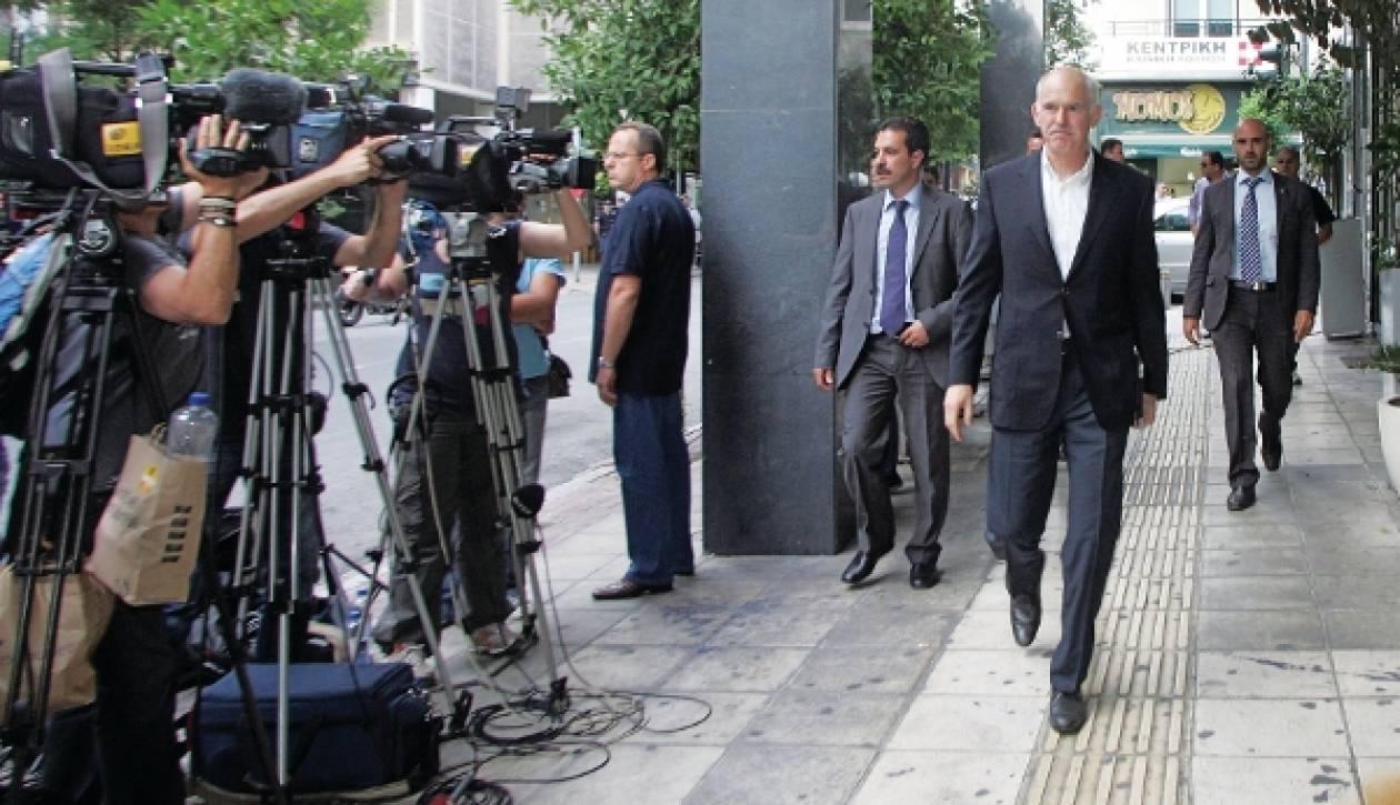Tagesspiegel: «Γαντζωμένος στην προεδρία του ΠΑΣΟΚ ο Παπανδρέου»