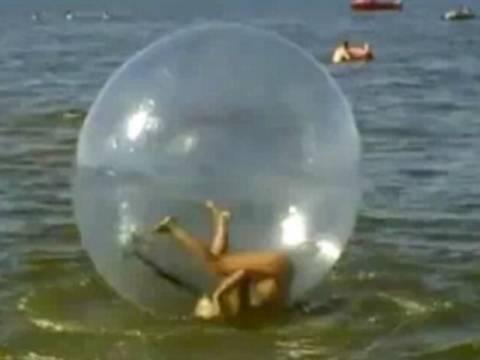 Μια ξανθιά προσπαθεί να περπατήσει στο νερό!