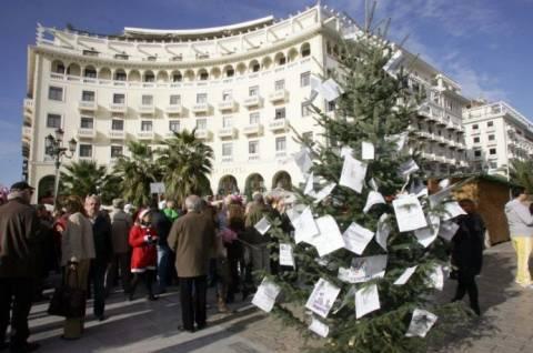 Χριστουγεννιάτικο δέντρο με στολίδια τα χαράτσια