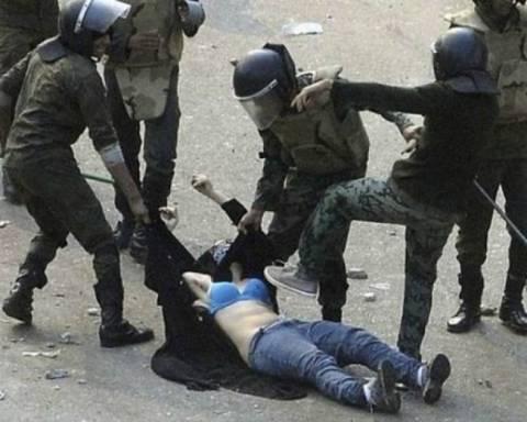 Στρατιώτες χτυπούν και ξεγυμνώνουν διαδηλώτρια
