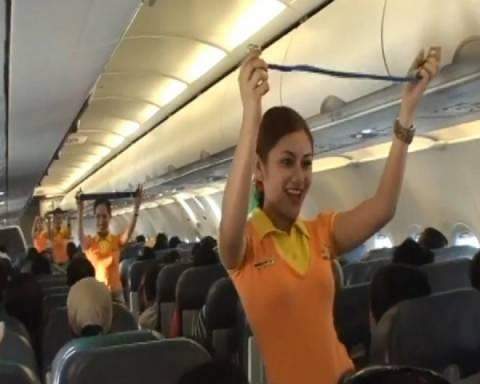 Χριστουγεννιάτικη παρουσίαση μέτρων ασφαλείας σε αεροπλάνο