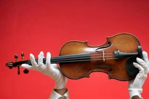 Ψάχνει απεγνωσμένα το χαμένο βιολί της