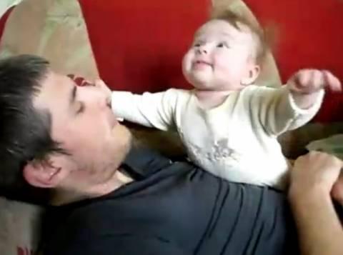 Το μωρό που νομίζει... ότι πετάει