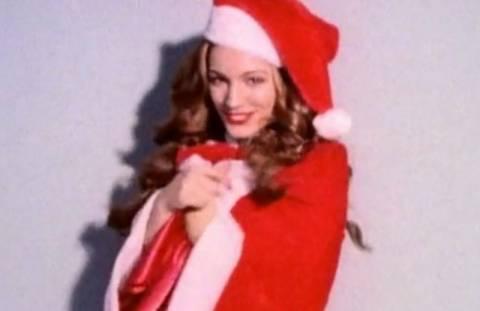 Η Kelly Brook μοίρασε Χριστουγεννιάτικα δώρα (φορώντας τα απαραίτητα)