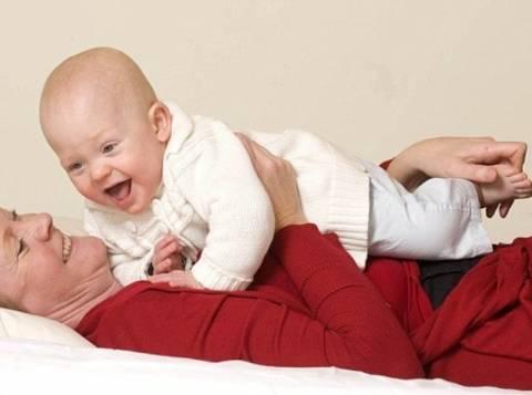 Γαργαλάει το γιο της για να μην πάθει ανακοπή!