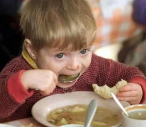 Guardian: Οι Έλληνες δεν έχουν να ταΐσουν τα παιδιά τους