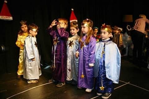 Ο Βασίλης Μιχαλολιάκος δίπλα στα «παιδιά του Πειραιά»