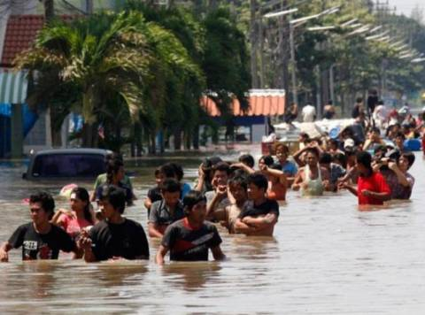 Eκατοντάδες  οι νεκροί από τις πλημμύρες της Ταϊλάνδης