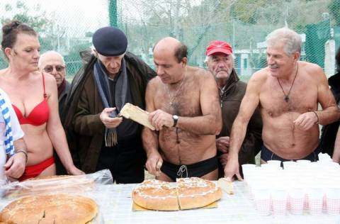 Η κοπή της πίτας από τους χειμερινούς κολυμβητές!