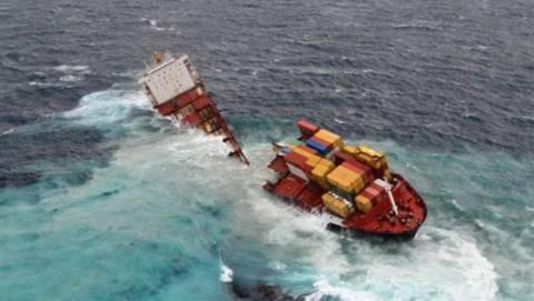 Κόπηκε στα δύο το πλοίο Rena