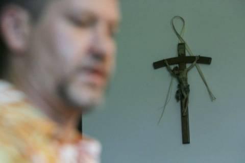 Αμετανόητος ιερέας κακοποίησε 280 φορές 3 αγόρια