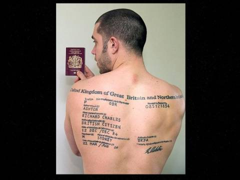 Τατουάζ στην πλάτη το…διαβατήριο