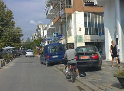 «Φρένο» στο παρκάρισμα στο πεζοδρόμιο