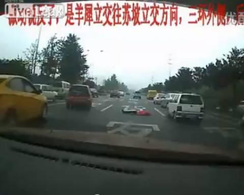 Αυτοκτόνησε πέφτοντας στον δρόμο και δεν σταμάτησε κανείς