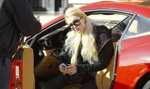Paris Hilton: Βόλτες στο Λος Άντζελες με τη νέα της Ferrari