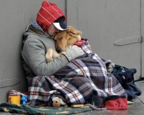 Ο άστεγος, το αδέσποτο και η αγκαλιά