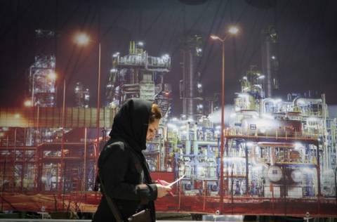 Το Ιράν απειλεί να κλείσει τις «κάνουλες» του πετρελαίου