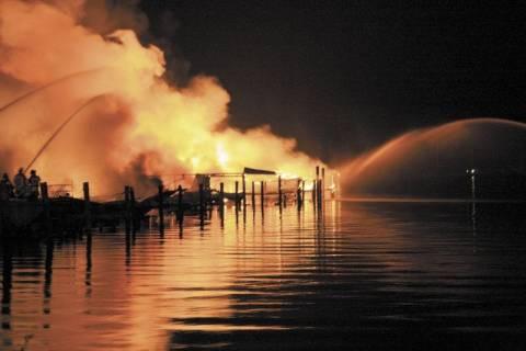 Στις φλόγες έξι πολυτελή σκάφη στη Μαρίνα Αλίμου
