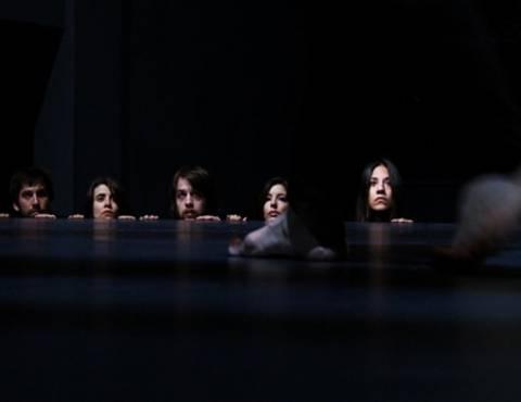 Πεθαίνω σαν χώρα από την ομάδα Paracoon στο θέατρο Olvio