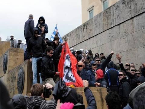 Bild: Οι Έλληνες φωνάζουν «Ξεκουμπιστείτε από δω Ναζί»