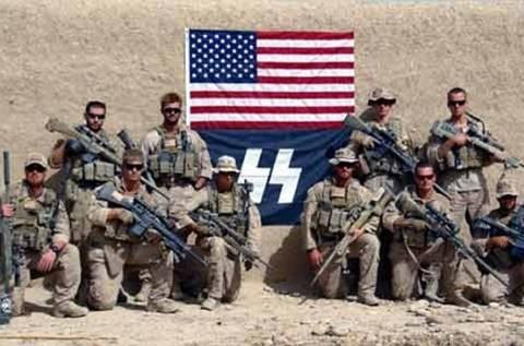 Ομάδα Αμερικανών πεζοναυτών ποζάρει με σημαία των SS!