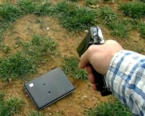 Γάζωσε με όπλο το laptop της κόρης του επειδή τον έβρισε στο Facebook!