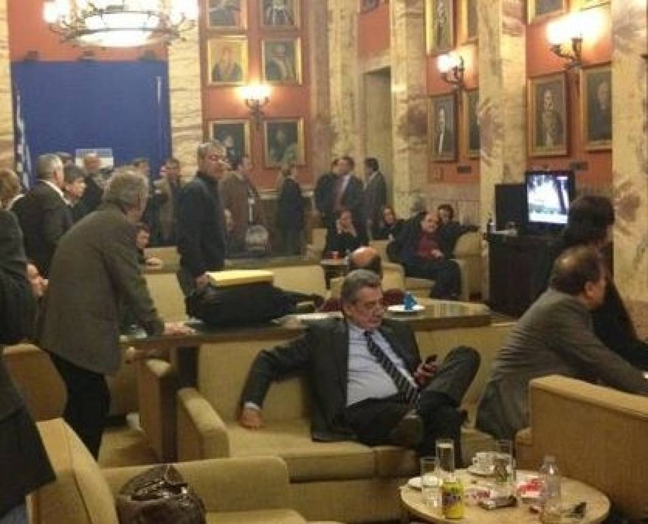 Η φωτογραφία της ντροπής από το εντευκτήριο της Βουλής