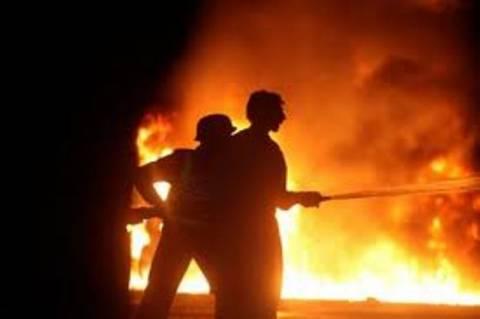Φωτιά σε αποθήκες στον Γέρακα