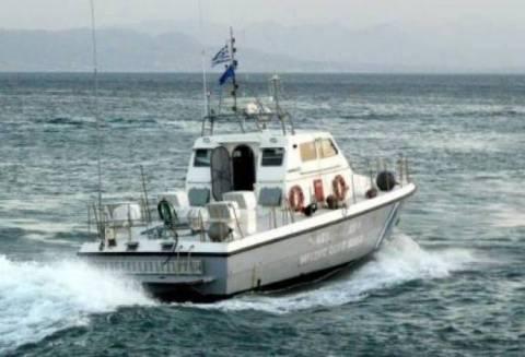 Ακυβέρνητο πλοίο με 8 επιβαίνοντες στα Ψαρά