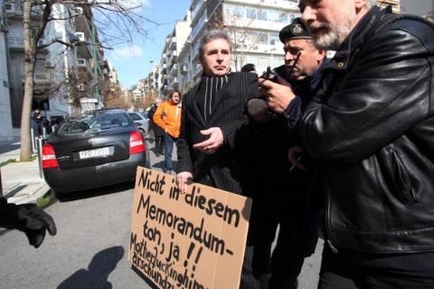 Ένταση σε συγκέντρωση έξω τη Γερμανική πρεσβεία