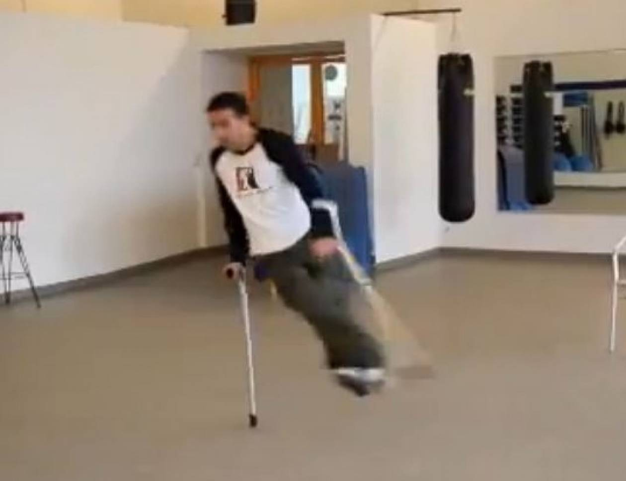 Μαθήματα ζωής από παράλυτο: Χορεύει Βreak Dance με πατερίτσες