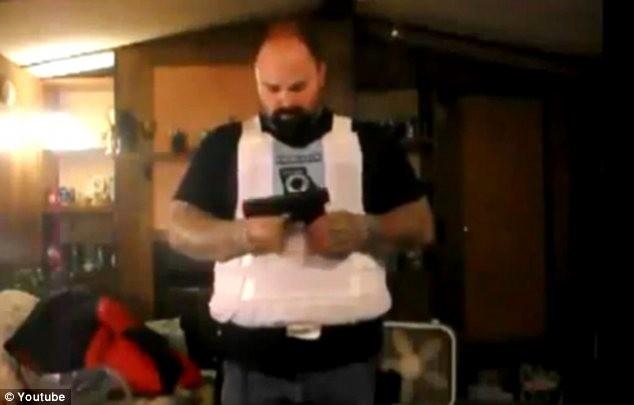Αυτοπυροβολήθηκε στο στομάχι για να διαφημίσει γιλέκο