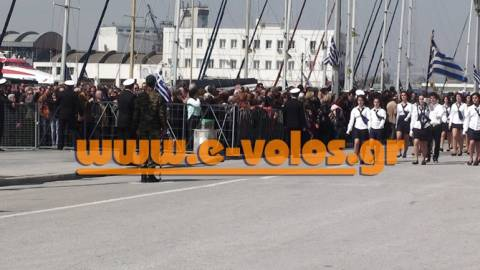 Πίσω από τα σίδερα, παρακολούθησαν οι Βολιώτες την παρέλαση!