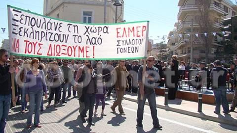 Ρέθυμνο: Παρέλαση με καθυστέρηση και καθιστική διαμαρτυρία