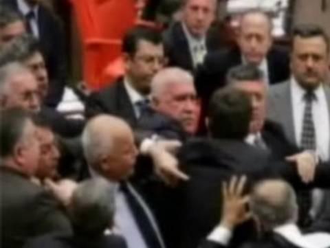 Βίντεο:«Πιάστηκαν στα χέρια» στην Τουρκική βουλή