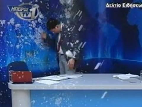 Video: «Ντου» και γιαούρτωμα σε δελτίο ειδήσεων!