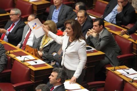 Άγρια κόντρα στη Βουλή Ντόρας-Ευθυμίου