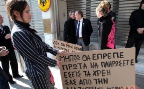Διαμαρτυρία και προσαγωγές διαδηλωτών έξω από τη γερμανική πρεσβεία