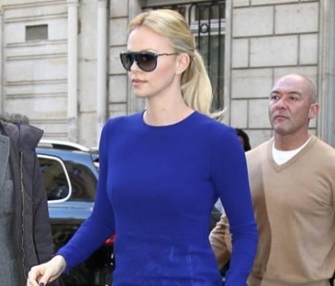 Charlize Theron: Ποιος είπε πως το μπλε δεν πάει με μαύρο;