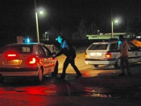 Ένοπλη γυναίκα έχει ταμπουρωθεί στο σπίτι της με τον γιο της