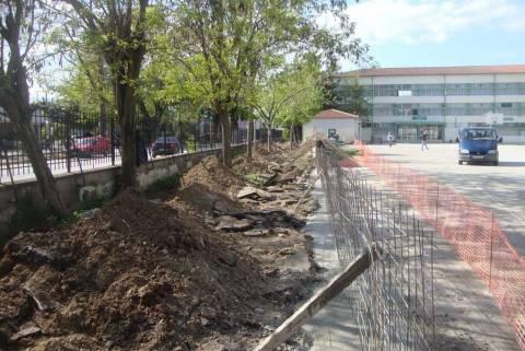 Κατασκευάζουν ποδηλατοδρόμιο σε… αυλή σχολείου!